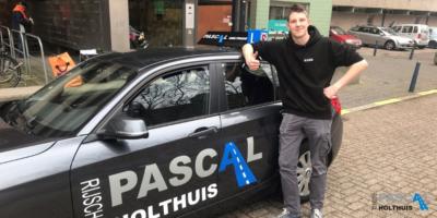 Mark staat hier naast de auto van de rijschool Pascal Hotlhuis