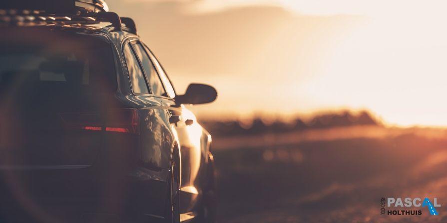 Een auto in de zonsondergang