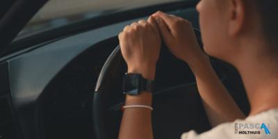 Meisje zit angstig achter het stuur