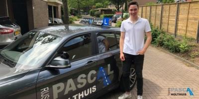 Thom naast de auto van Pascal Holthuis