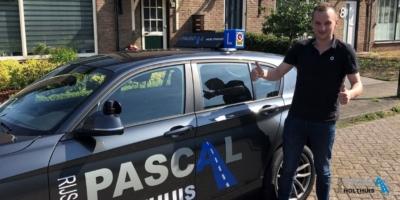 Eelco naast de les auto van Rijschool Pascal Holthuis