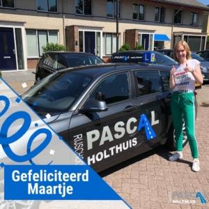 Maartje naast de les auto van Pascal Holthuis