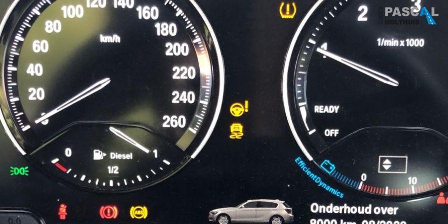 Brandende lampjes op de dashboard van Pascal