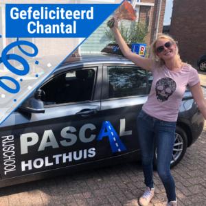 Chantal vrolijk naast de auto van Pascal Holthuis