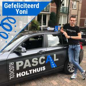 Yoni naast de auto van Pascal Holthuis
