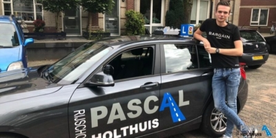Yoni staat naast de auto van Pascal Holthuis