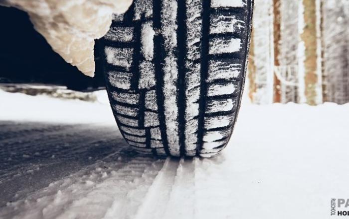 Een autoband in de sneeuw