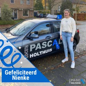 Nienke naast de auto van Rijschool Pascal Holthuis